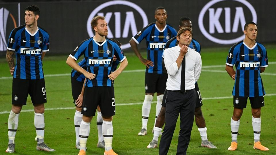 Inter Milan coach Antonio Conte and his players look dejected after the match.