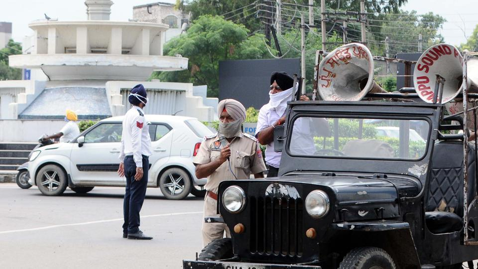 A police personnel makes announcements of lockdown norms for weekends and public holidays in Patiala on August 22. Experts maintain that the focus of the battle against the infectious disease needs to shift to the hinterland and the peninsula, both high population density regions with, in the case of the former, significant rural populations and relatively inadequate health care systems. (Bharat Bhushan / HT Photo)