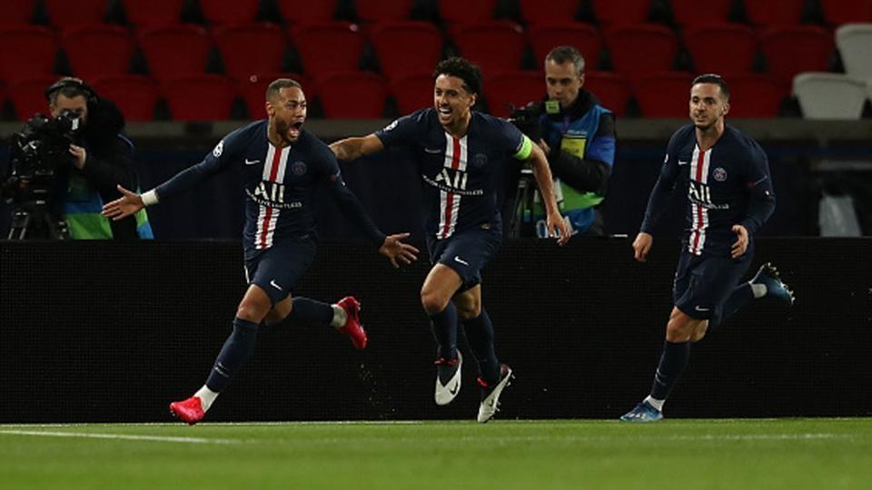 Neymar of Paris Saint-Germain celebrates with Marquinhos after scoring a goal