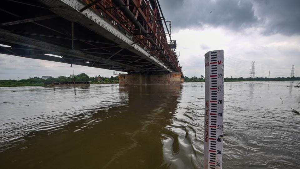A water level meter seen in river Yamuna at Old Iron Bridge in New Delhi on August 25. For the first time in 2020, water levels of the Yamuna have risen to as much as 204.38 metres and close to the river's warning levels of 204.5 metres. (Biplov Bhuyan / HT Photo)