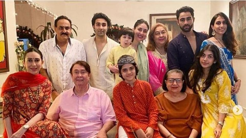 Kareena Kapoor, Karisma's Ganpati Darshan fam jam is a colour-coded affair. See pics – bollywood