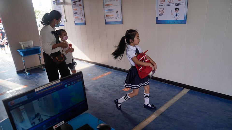 Coronavirus:Chinese students begin full return to school