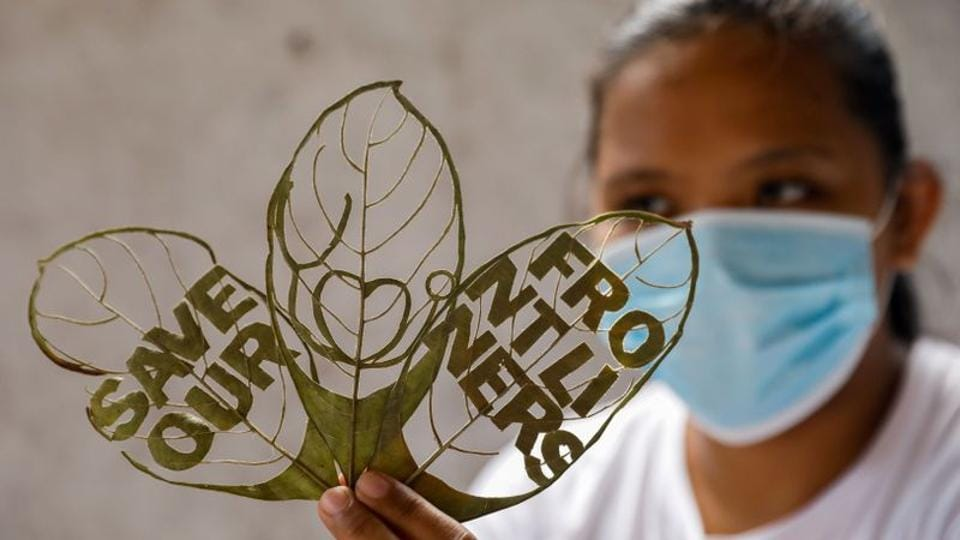 Filipino artist Mary Mae Dacanay shows one of her leaf artworks, a tribute for the coronavirus disease (COVID-19) front liners, in her home in Binan, Laguna, Philippines, September 1, 2020.  (REUTERS/Eloisa Lopez)