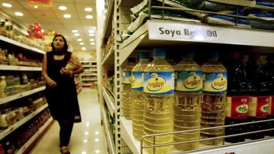 On the National Commodity and Derivatives Exchange, refined soya oil for delivery in September declined by Rs 4, or 0.45 per cent, to Rs 878 per 10 kg in 12,870 lots.