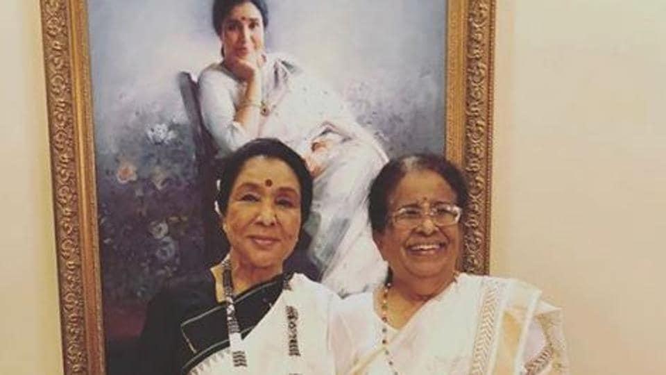 Asha Bhosle with her older sister Meena Khadhikar.