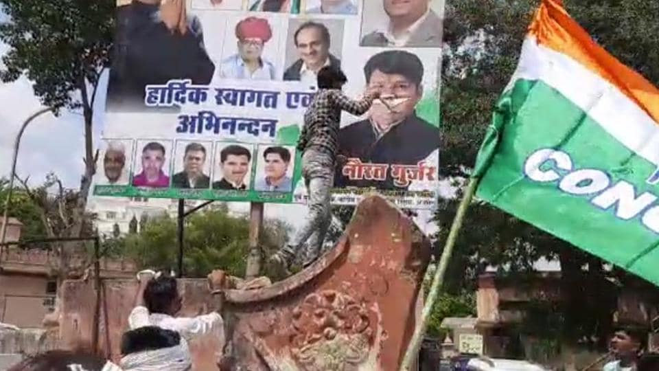 A leader on condition of anonymity said that some people first tried to enter inside the meeting and when denied shouted slogans against Raghu Sharma and tore posters.  (HT Photo )