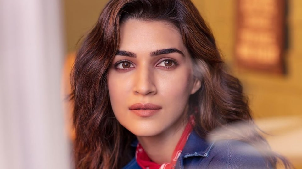 Kriti Sanon shocked at media chaos on flight with Kangana Ranaut onboard: 'How is this even allowed?'
