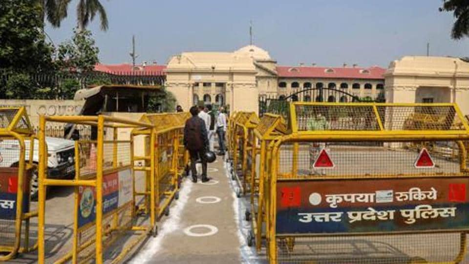 Allahabad high court said a public representative should  not stay in the office a minute after losing the majority.