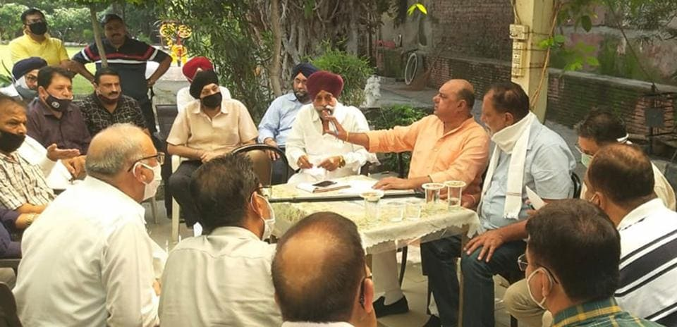 Congress councillor opposes serving of CLU notices to shopkeepers in Ludhiana