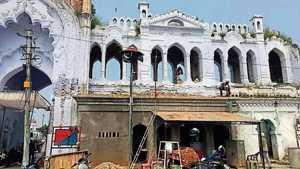 The ongoing construction work of the police outpost under the gate of Chhota Imambada has changed the design of the monument.