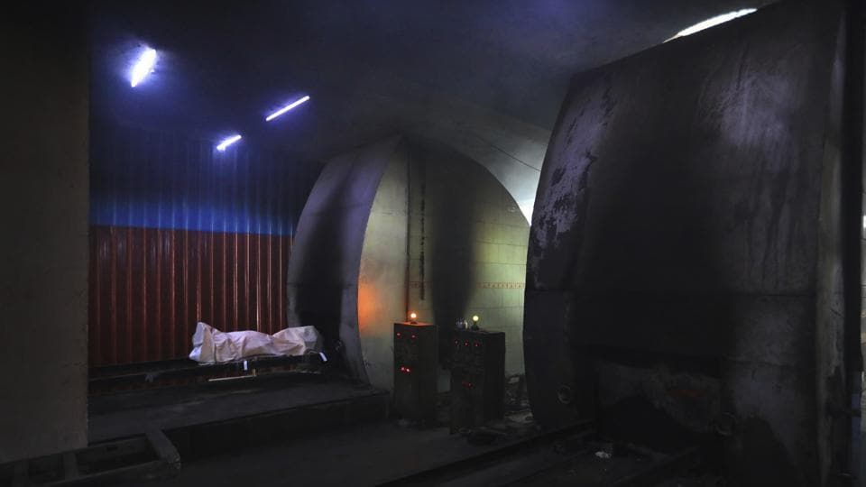 The body of a person who died of Covid-19 is prepared for cremation in New Delhi on September 16. A total of 1,113 people died due to Covid-19 in the last 24 hours, the health ministry's update said on September 20, taking the death toll to 86,752. The Covid-19 case fatality rate (CFR) in the country stands at 1.61%. (Manish Swarup / AP)