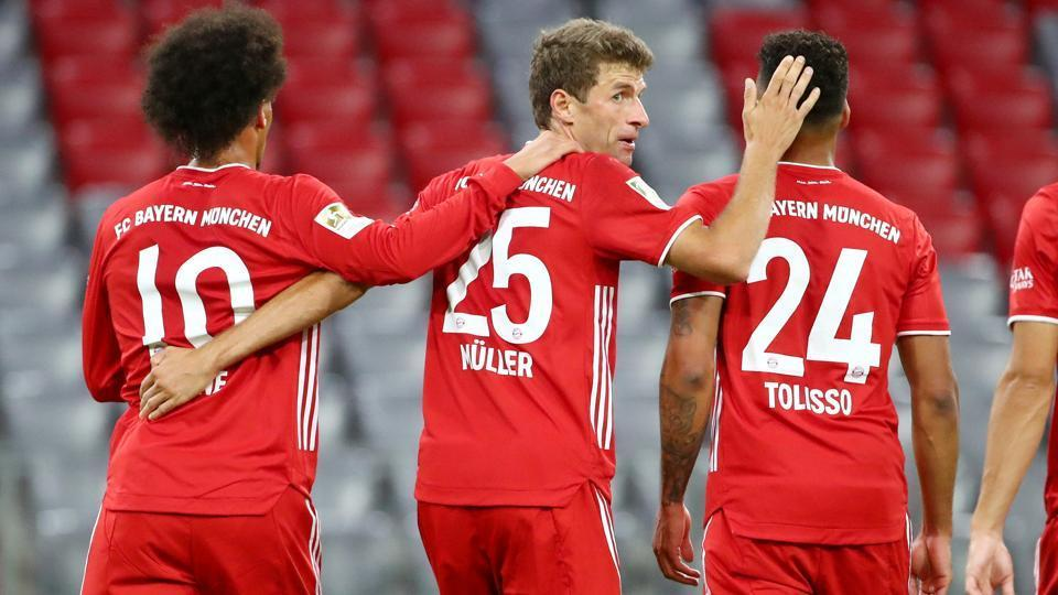 Soccer Football - Bundesliga - Bayern Munich v Schalke 04 - Allianz Arena, Munich, Germany - September 18, 2020 Bayern Munich's Thomas Muller celebrates scoring their sixth goal with teammates REUTERS/Michael Dalder DFL regulations prohibit any use of photographs as image sequences and/or quasi-video
