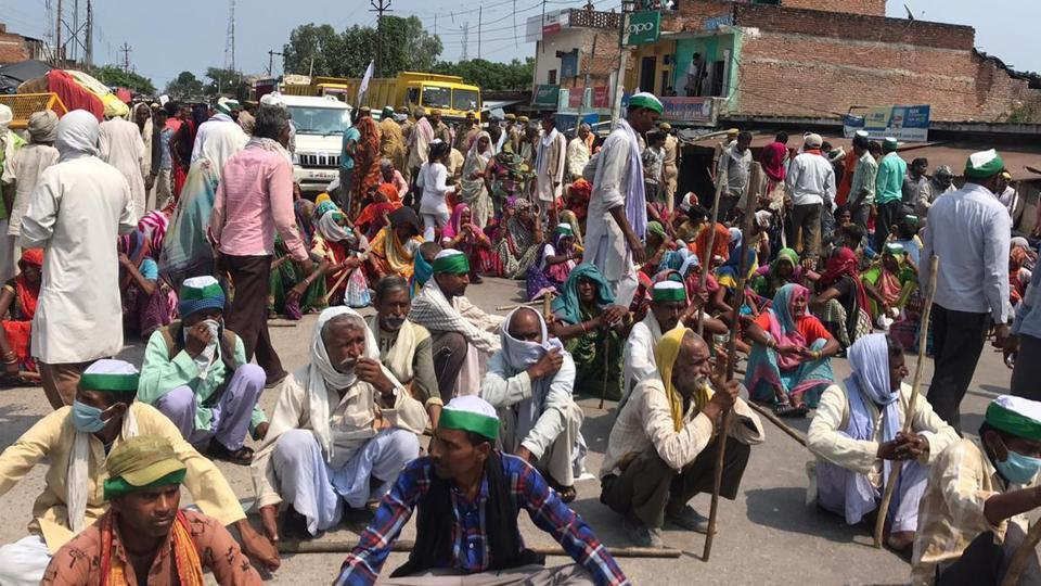 Farmers blocking the state highway in Mahoba, Bundelkhand. (HT Photo)
