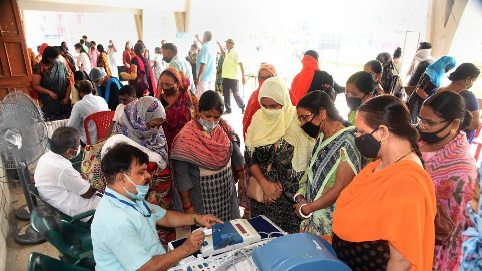 Election officers demonstrate the working of Electronic Voting Machine (EVM) and Voter-Verified Paper Audit Trail (VVPAT) during a training programme ahead of the state assembly polls in Patna.