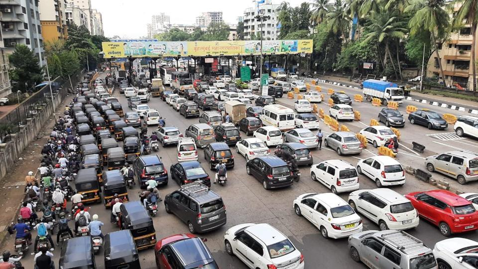 The traffic stayed jammed for over an hour despite the lockdown.