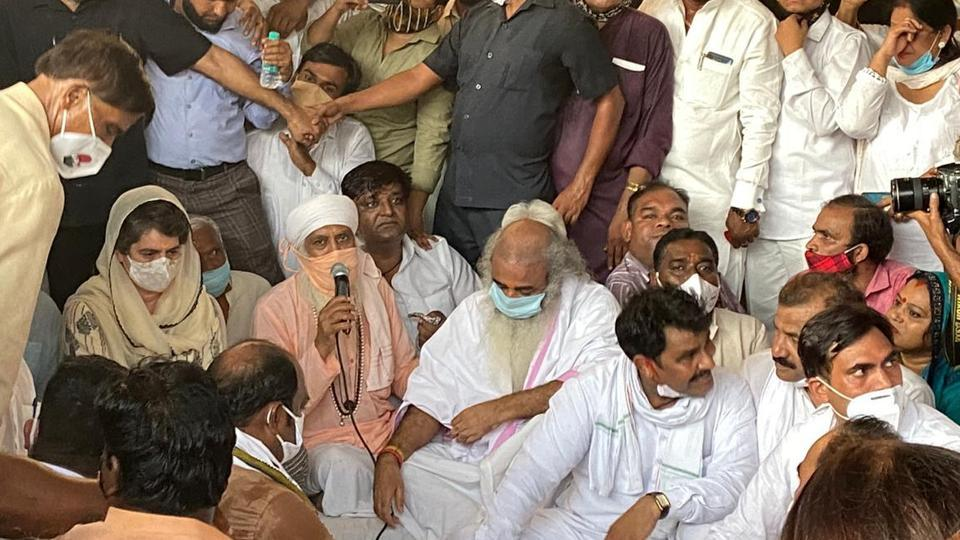 Priyanka Gandhi joined hundreds of people, including senior Congress leaders PL Punia, Sushmita Dev, Anil Choudhary and BV Srinivas, who showed up in solidarity with the woman at the temple in the national capital. (Photo HT)