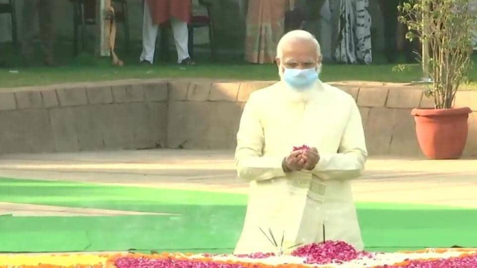 Prime Minister Narendra Modi pays tribute to former PM  Lal Bahadur Shastri at Vijay Ghat, Delhi.