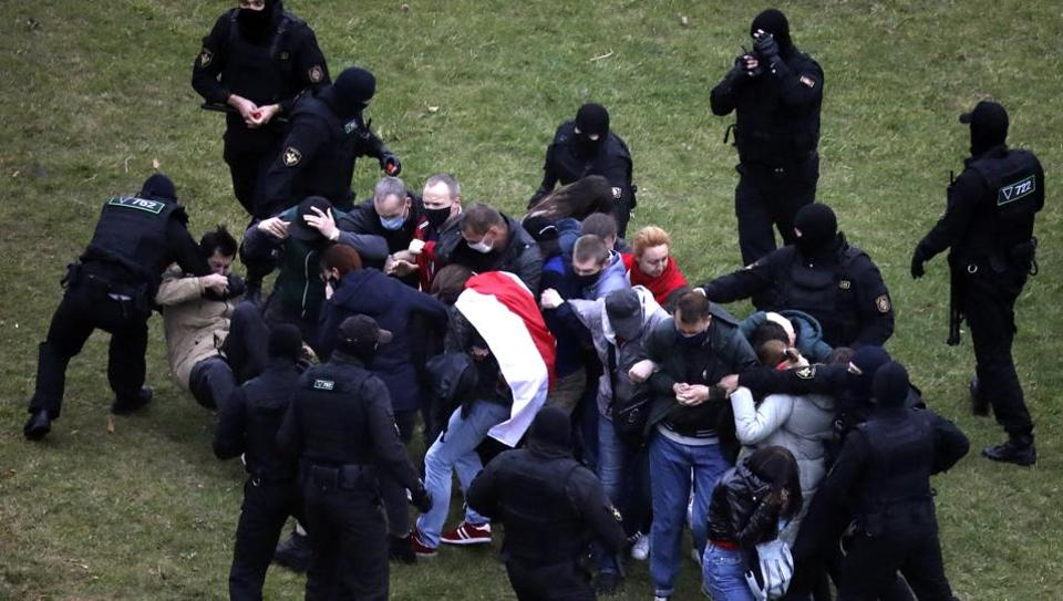 Belarus protests: Police crackdown on 'unauthorised' protesters in Minsk