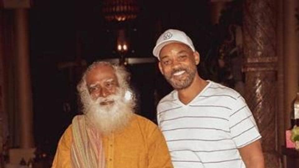 Will Smith poses with Sadhguru.