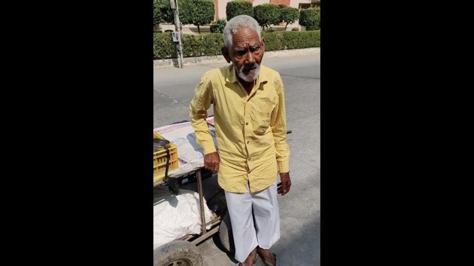 The image shows the 86-year-old food vendor from Faridabad.