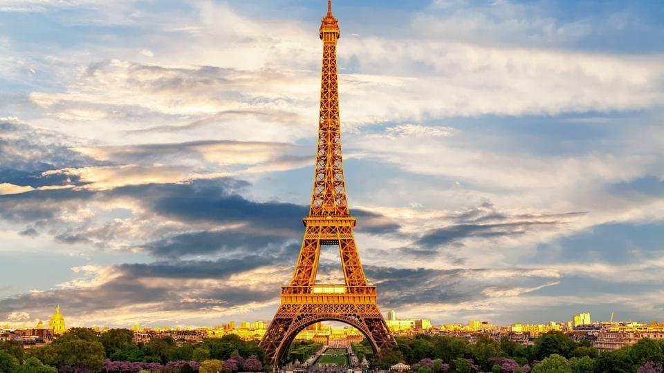 France's virus curfew leaves Paris streets empty