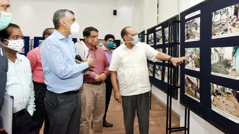 Telangana chief secretary Somesh Kumar explaining the flood damage in Hyderabad  to a five-member central team.