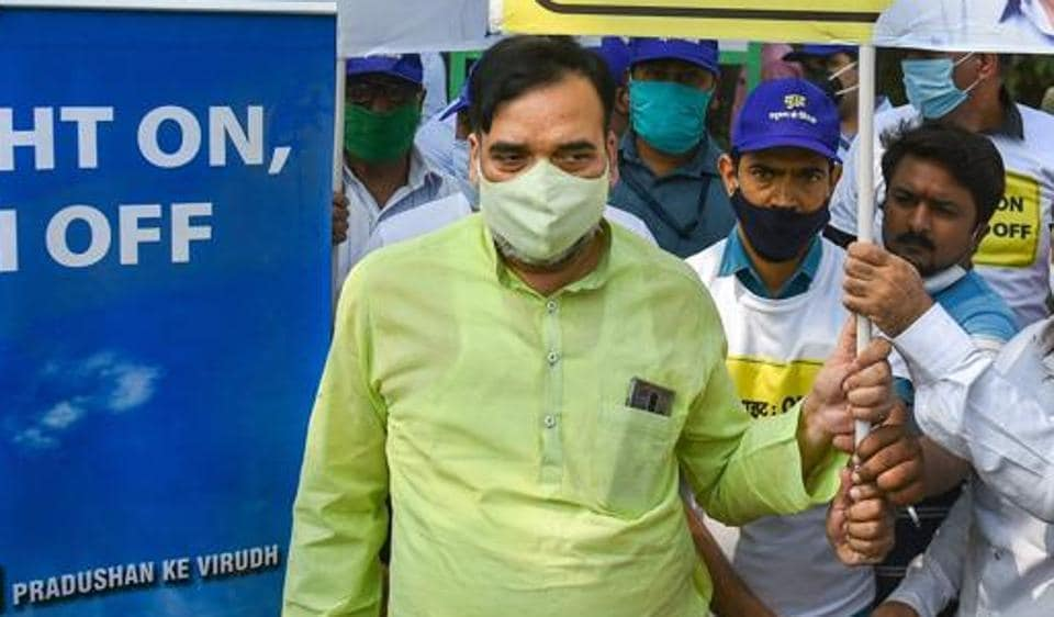 Delhi Environment Minister Gopal Rai along with Civil Defence volunteers during campaign 'Red Light On, Gaadi Off'