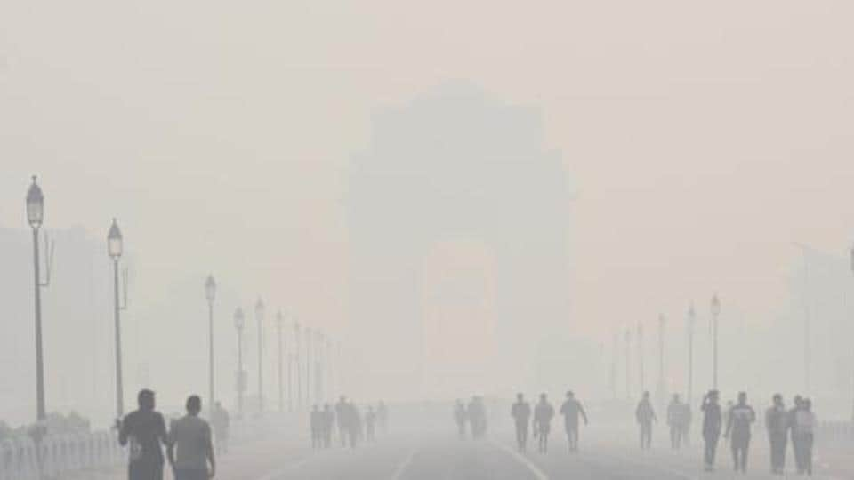Delhi recorded an AQI of 381 at noon. The 24-hour average AQI was 395 on Thursday (Arvind Yadav/HT file photo).