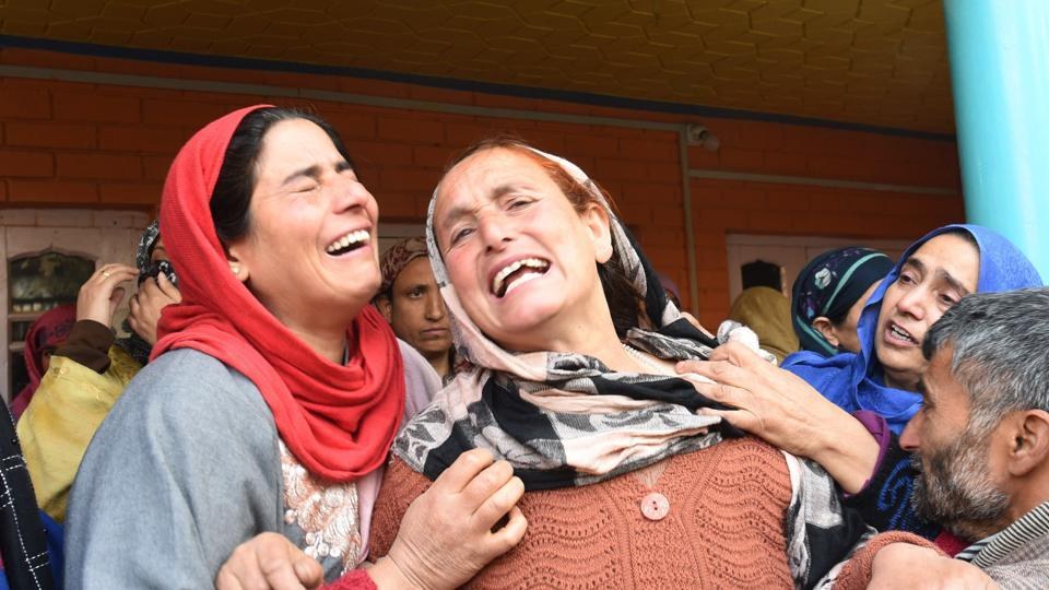 Mother of Bharatiya Janata Party worker Fida Hussain mourns during the funeral ceremony at YK Pora village, Kulgam, Jammu and Kashmir on Friday. (Photo by Waseem Andrabi/ Hindustan Times)