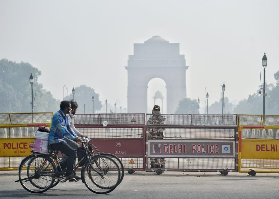 A general view of India Gate covered with thick smog as the air quality deteriorates with the rise of pollutants in the atmosphere, in New Delhi on Thursday.