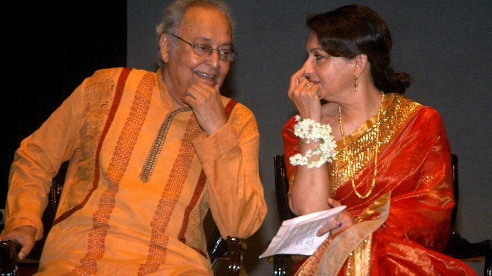 Veteran Bengali actor Soumitra Chatterjee in conversation with Sharmila Tagore.  He and Tagore had made their debuts in Ray's film in year 1959
