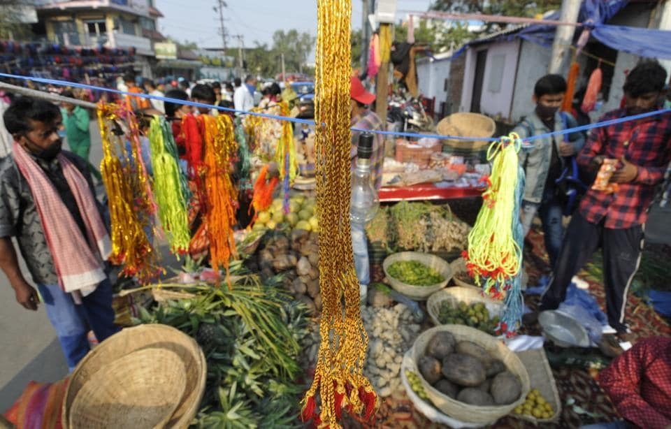 People purchasing fruits and other items for use in Chhath Puja rituals at Sector 5 market, in Noida, India, on Thursday, November 19, 2020. (Sunil Ghosh /htphoto)