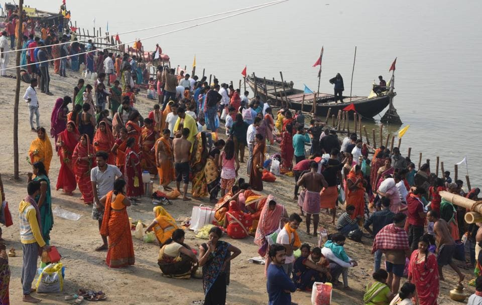 Devotees seen on the bank of Ganga river on the eve of Chhath Puja festival at Digha Patipull Ghat in Patna, Bihar, India, on Thursday, November 19, 2020.  (Santosh Kumar/ htphoto)