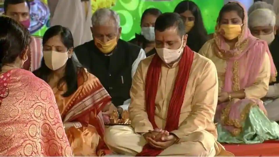 Delhi chief minister Arvind Kejriwal along with his wife Sunita Kejriwal performs Diwali Pujan.  (Screengrab)