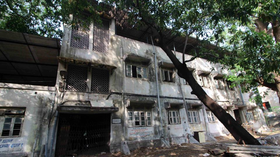 The maternity home at Patharli in Dombivli is shut since last seven years for renovation.