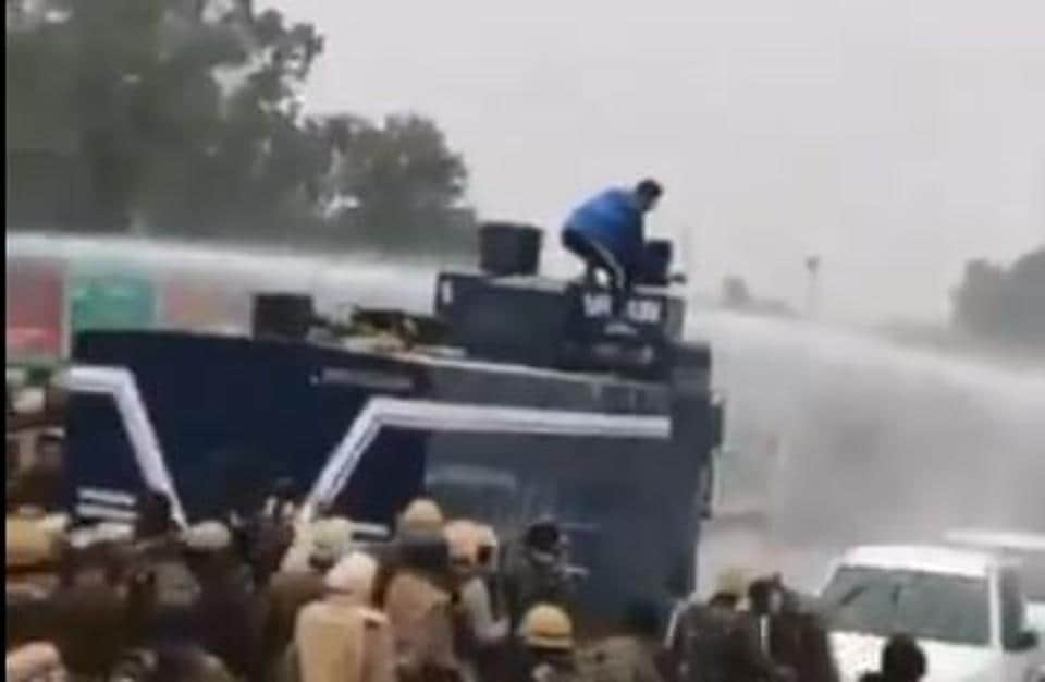 Navdeep Singh turned off the water cannon during the farmers' protest on November 25 (Photo: Twitter / videograb).