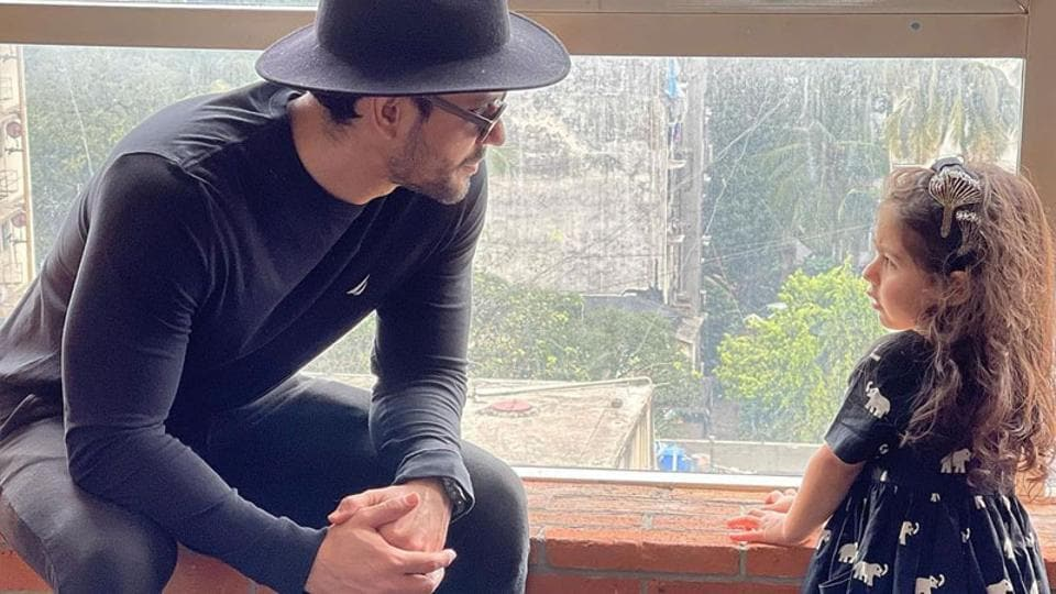 Kunal Kemmu, 3-year-old Inaaya are the cutest father-daughter duo in black. See pic - Hindustan Times