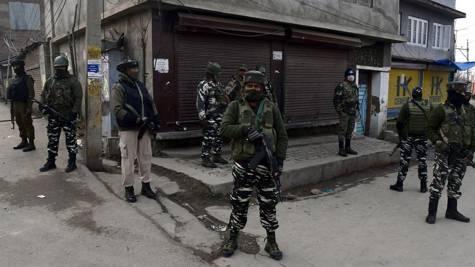 Security personnel stand guard at a checkpoint in the Sazgaripora area of ​​the Old City of Srinagar.