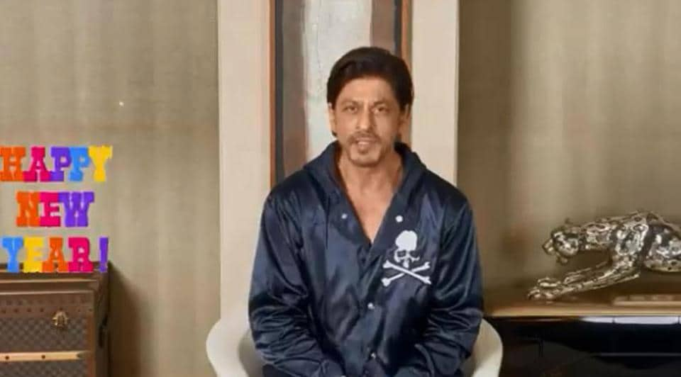 Shah Rukh Khan fights flies as he records New Year message for fans, asks them to not send him long... - Hindustan Times