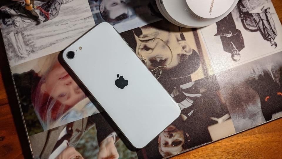 Apple iPhone SE.