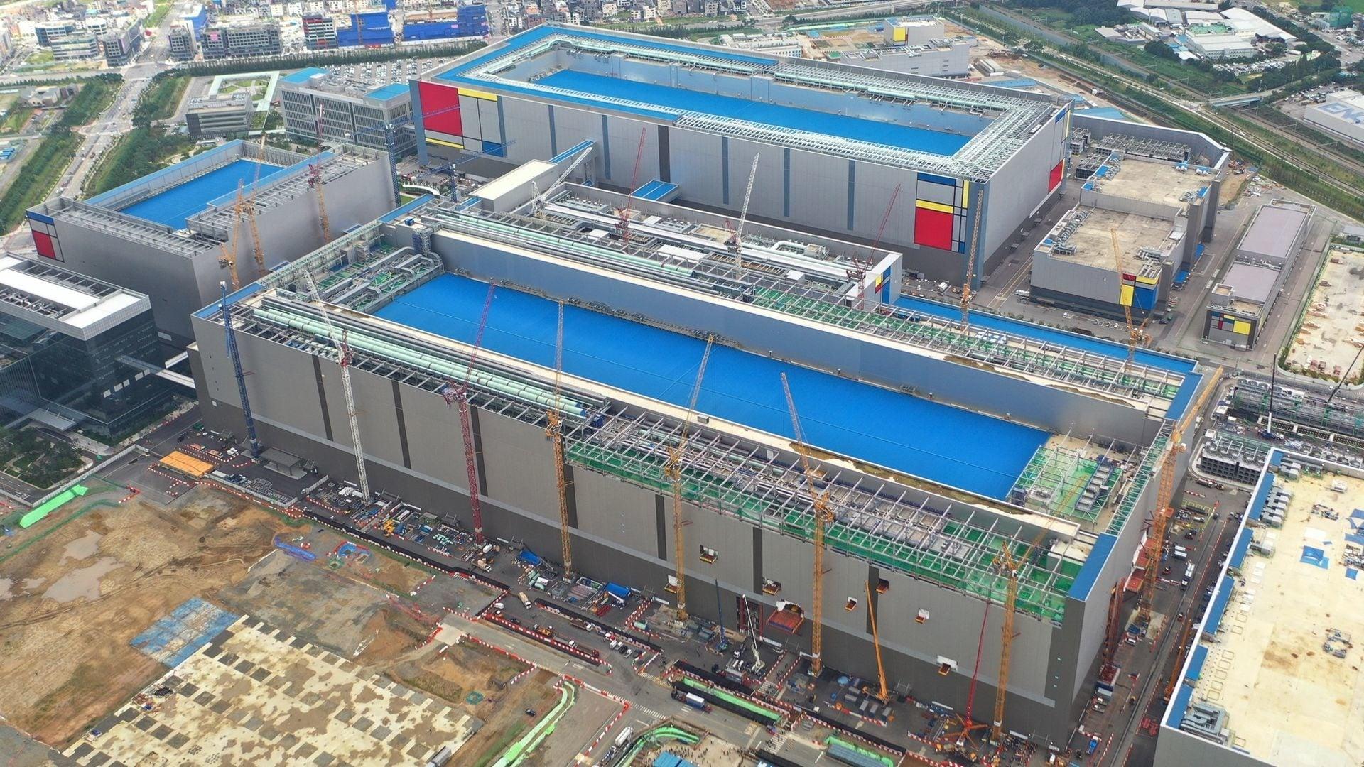 Samsung starts mass producing its third-gen 16Gb LPDDR5 RAM modules