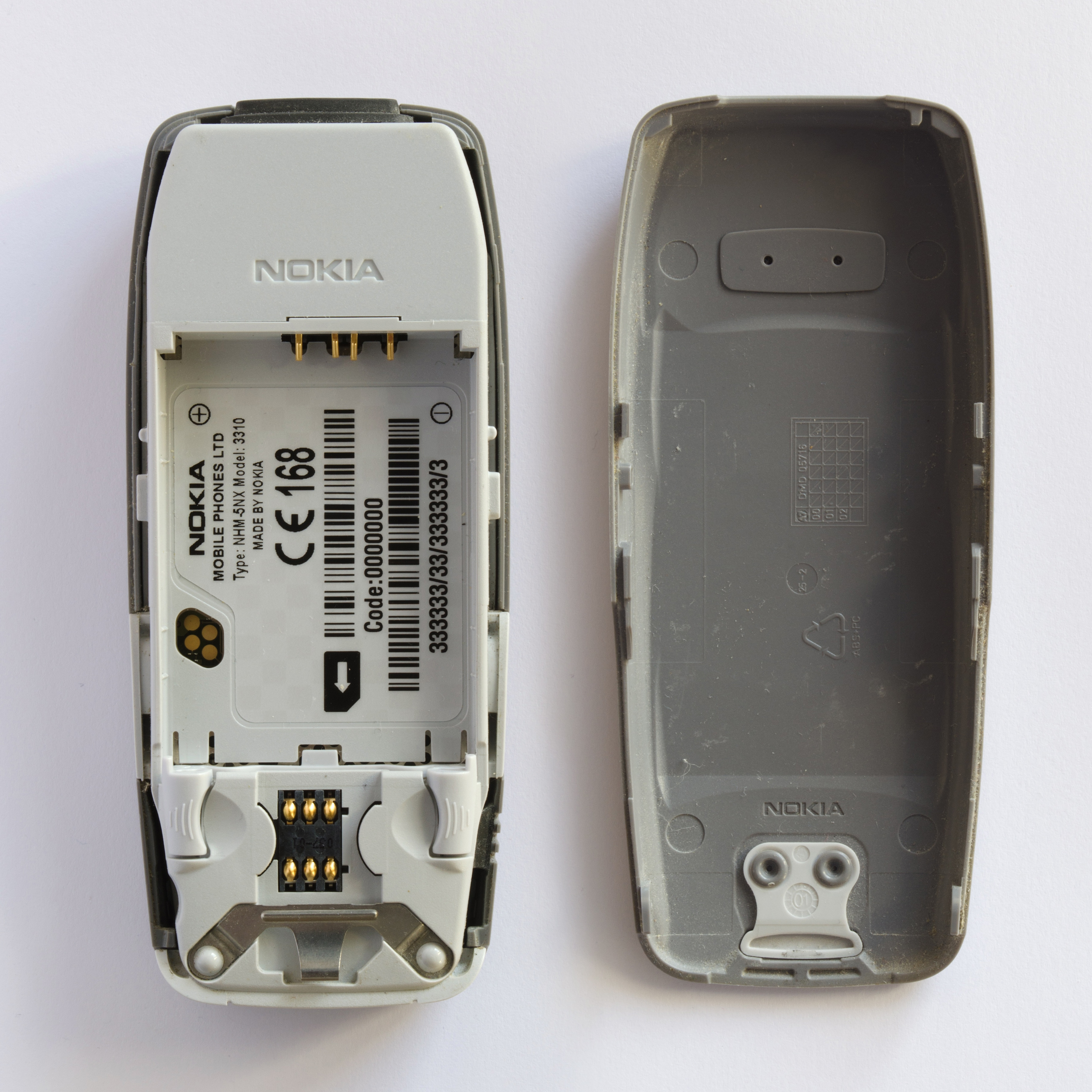 It had a bunch of utilities such as calculator, Nokia network monitor, stopwatch and a reminder function that were unique to the phone. It had four games Pairs II, Space Impact, Bantumi and the hugely popular Snake II.