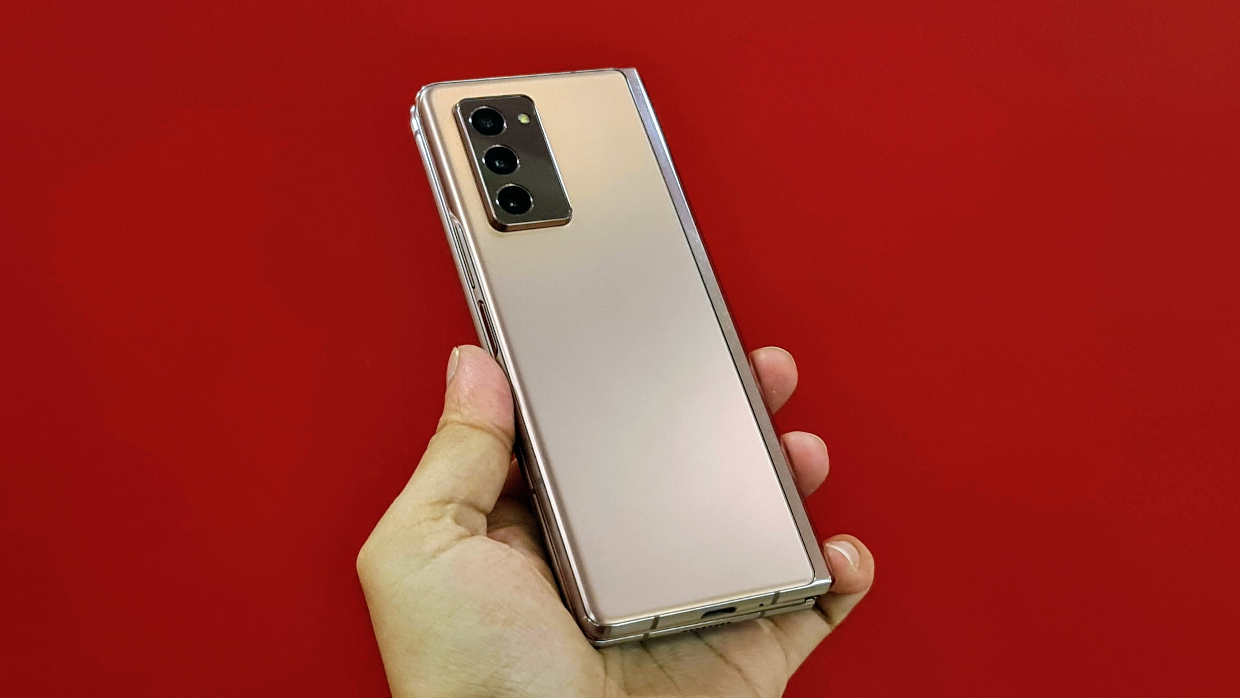 There's a triple rear camera setup consisting of a 12-megapixel telephoto lens, a 12-megapixel wide-angle lens with super speed dual pixel auto-focus and OIS, and a 12-megapixel ultra-wide-angle lens.