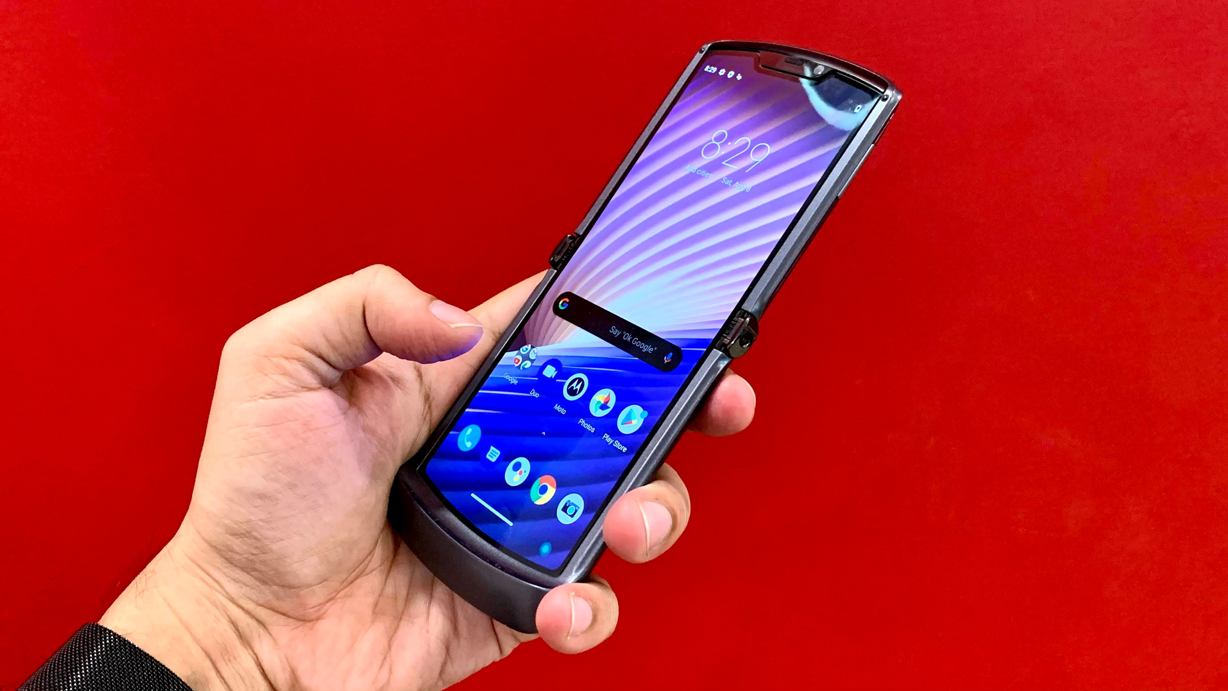 The Razr 5G features a 6.2-inch OLED display with 21:9 aspect ratio.