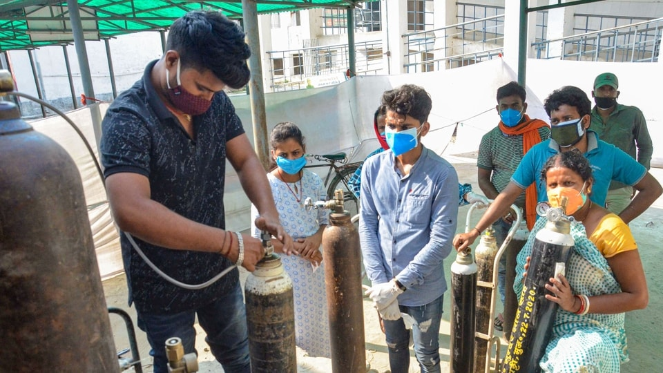 Muzaffarpur: Relatives of COVID-19 patients wait to refill cylinders with medical oxygen, in Muzaffarpur, Friday, May 7, 2021. (PTI Photo)(PTI05_07_2021_000259B)