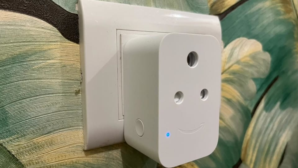 The Amazon Smart Plug, just like Echo Flex, comes only in White colour variant and blends in any space you keep it in.