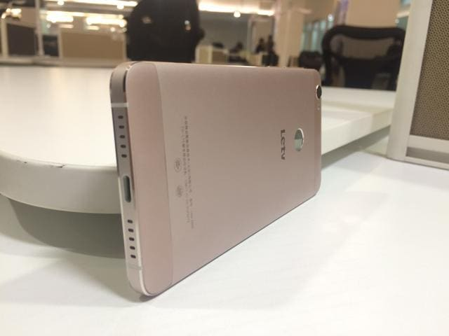 The Le 1s has a fingerprint scanner with a a mirror finish. Even the colour reminds you of the iPhone's rose gold iPhones.