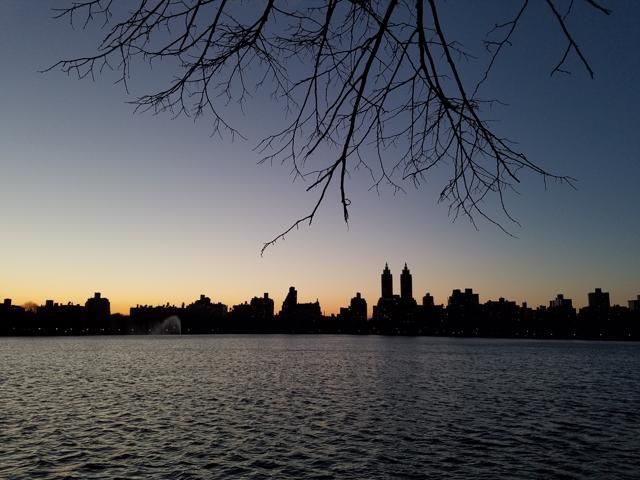 Photo, shows a picture of the reservoir in New York's Central Park at sunset, photographed with the Samsung Galaxy S7 Edge.