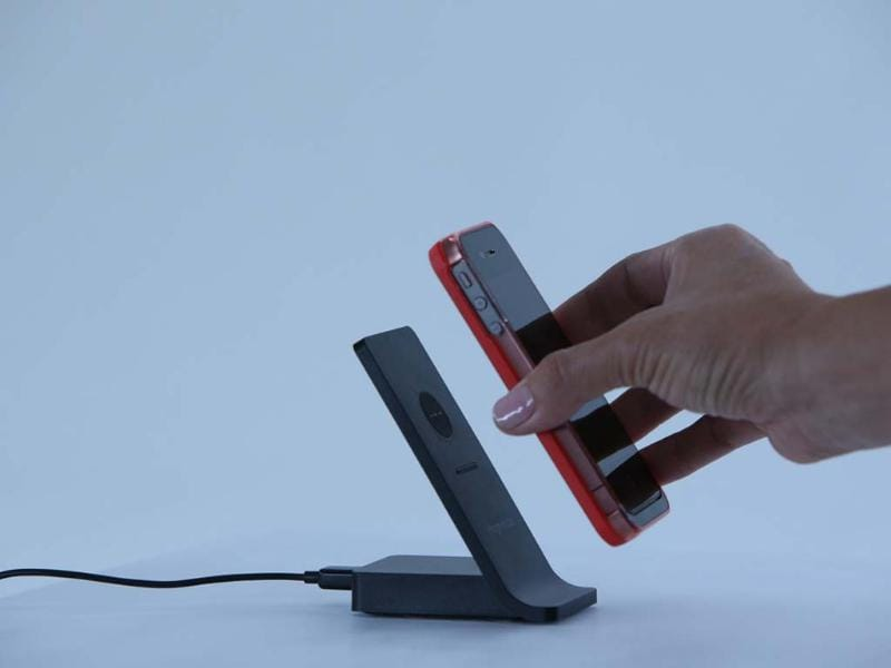 Magnetyze-Charging-System-with-Extended-Battery-Case-for-iPhone-4-and-4s-Photo-AFP