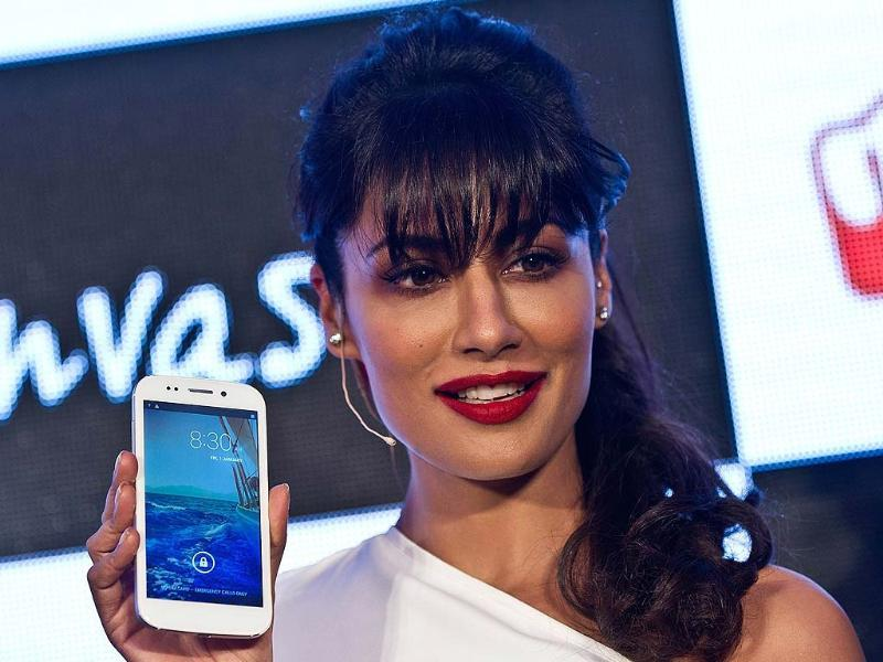 Chitrangada Singh poses with the newly unveiled Micromax Canvas 4 smartphone in New Delhi. Photo: AFP/Manan Vatsyayana